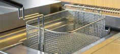 Het schoonmaken van de frituurpan een rotklus? Niet nu je deze truc hebt ontdekt! Housekeeping, Cleaning Hacks, Food, Household Tips, Nice, Sports, Ideas, Kitchens, Cleaning
