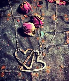 Creative jewelry from my workshop. Original necklace with two interconnected hearts. Arrow Necklace, Pendant Necklace, Friendship, Etsy Shop, Trending Outfits, Unique Jewelry, Handmade Gifts, Silver, Vintage