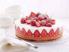 Holunderblüten-Joghurttorte mit Mandelbiskuit und Erdbeeren - Rezept