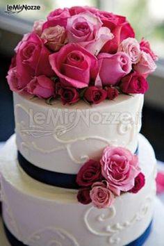 http://www.lemienozze.it/gallerie/torte-nuziali-foto/img1432.html Torta nuziale rosa e bianca con rose