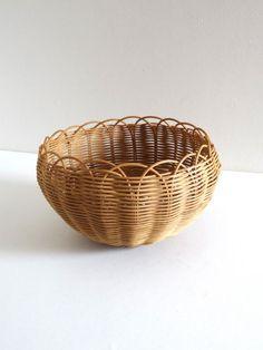 Corbeille ou cache-pot vintage en osier années 50