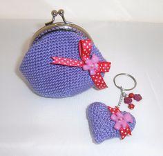 monedero a crochet con llavero a juego en morado