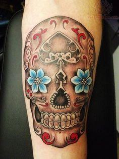 I teschi messicani o teschi di zucchero, fanno parte della tradizione messicana. Questi tatuaggi simboleggiano il ricordo di chi non c'è più.