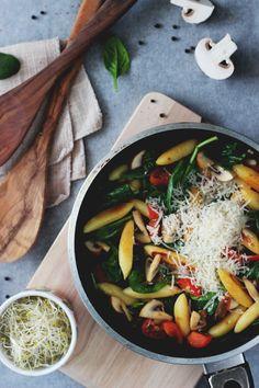 Eine köstlichen Schnupfnudelpfanne mit Spinat, Champignons, Kirschtomaten und Parmesan finden wir bei Tati Cupcake #Rezept: http://www.kuechenplausch.de/rezept/info/201886-schupfnudelpfanne-mit-spinat-champignons-kirschtomaten-und-parmesan