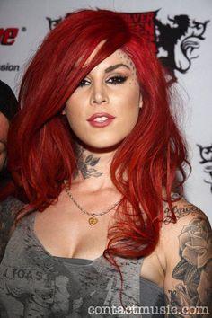kat von d,una super mujer con pelo rojo,sin miedo al que le diran.