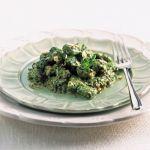 Per un primo piatto abbondante, originale e dal sapore caratteristico, scopri la ricetta degli gnocchi di spinaci e bietole con zola e nocciole di Sale&Pepe.