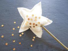 Ihr Lieben, ich bin gerade dabei unseren Adventskalender zu nähen und dabei hatte ich kurz die Idee zu einem Sternenzauberstab, udn wollte ihn Euch schell zeigen! Viel Freude beim nachmanche…