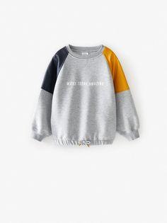 Round neck sweatshirt with contrasting long sleeves. Printed text at chest. Moda Zara, Disney Sweatshirts, Printed Sweatshirts, Zara Fashion, Fashion Outfits, Zara Portugal, Online Zara, Zara Kids, Sportswear
