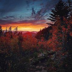 Coucher de soleil au sommet de l'acropole des draveurs : @manucoveney #moncharlevoix #explore_canada #sepaq #quebecoriginal @reseausepaq #charlevoix #canada #nationalpark #parcnationaldeshautesgorges #hautesgorges #acropoledesdraveurs #quebec #mountains #forest #sunrise #sun #nature #nature_perfection #landscape #landscapelovers #hiking #hikingadventures #adventure #outdoors #travel #traveling #travelgram #instago #beautifuldestinations #wolrdcaptures #worldplaces