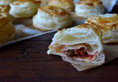 Le pizzette sarde di pasta sfoglia, una ricetta tipica, dei piccoli bocconcini salati che si trovano in tutti i bar e le pasteccireie della Sardegna, molto facili e veloci.