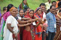 राजनांदगांव जिले के पंचायत प्रतिनिधियों ने अपने गाँव से लाया पावन जल बाटनीकल गार्डन के कुंड में प्रवाहित किया. हमर छत्तीसगढ़ अध्ययन यात्रा पर प्रतिनिधि अपने साथ जल लेकर आए हैं. ताम्बे के पात्र में लाया जल प्रवाहित करते प्रतिनिधि बेहद आनन्दित नजर आए.