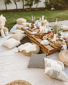 Outdoor party setup, pillows and outdoor dinner party ideas Boho Garden Party, Garden Parties, Outdoor Dinner Parties, Garden Picnic, Backyard Picnic, Indoor Picnic, Backyard Parties, Backyard Ideas, Backyard Birthday