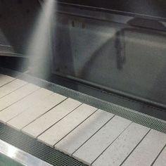 施釉ムービー📽  プレス成形されたタイル生地に釉薬をかけています  .  釉薬とは、タイルの表面を覆うガラス質の成分のことで、焼成すると様々な色や質感が現れます✨  .  #タイル #タイル屋 #タイル工場 #タイルの作り方 #tile #tiles #factory #howtomake #sugy #🏭 How To Make Tiles, Flat Screen, Instagram Posts, Blood Plasma, Flatscreen, Dish Display
