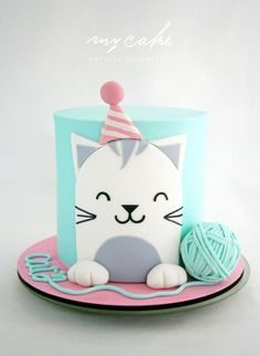 Easy birthday cake decorations from simple fondant cut out designs , you can make the yarn ball by sticking two cupcake tops together with buttercream and looping a long thin string of fondant around it. Gatito by Natalia Casaballe Pretty Cakes, Cute Cakes, Birthday Cake For Cat, Birthday Kitty, Simple Birthday Cakes, Animal Birthday Cakes, Birthday Cup, Animal Cakes, Creative Cakes