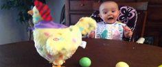 Uma galinha de brincar fez este bebé ficar aterrorizado com o que estava a assistir. O brinquedo falava e simulava uma galinha a por ovos. Por muito interessante que esta visão poderia ser, a criança não …