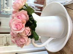 Dethviteliv.blogspot.no Vase, Home Decor, Tinkerbell, Tea Pots, Floral Arrangements, Flowers, Decoration Home, Room Decor, Vases