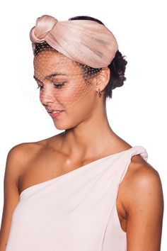 Diadema con turbante realizado en sinamay de seda con lazo y velo a tono Sombreros Fascinator, Fascinator Headband, Turban Headbands, Turban Hat, Turban Style, Tea Party Outfits, Fabric Headbands, Royal Clothing, Colorful Fashion