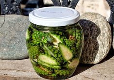 Сосновые шишки на водке Healthy Tips, Mother Nature, Pickles, Cucumber, Detox, Mason Jars, Cooking Recipes, Fruit, Vegetables