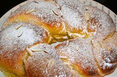 Folar de Páscoa - Bolo típico da gastronomia portuguesa geralmente confeccionado na Páscoa. Portuguese Sweet Bread, Portuguese Recipes, Brazillian Food, Crab Cakes, Easter Recipes, Bread Baking, Sweet Recipes, Sweet Treats, Deserts