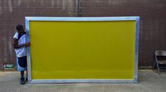 """3. A Matriz Serigráfica Na serigrafia as imagens a serem impressas são gravadas numa tela tecida com fios de poliéster, esticada e presa a um quadro de madeira. Na tela é gravada a imagem ou imagens a serem impressas. O conjunto composto pelo quadro (também chamado de """"bastidor"""") mais o tecido com a gravação da imagem é chamado de """"matriz""""."""