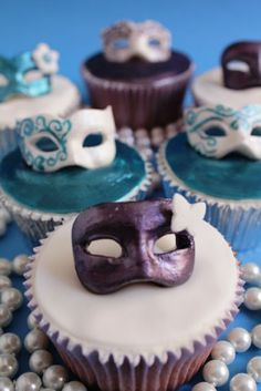 Carnival Mask Cupcakes...Scroll down for English version