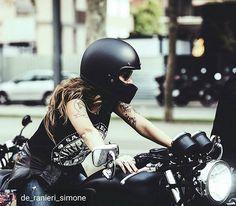 Thanks a lot @de_ranieri_simone !!!😘😘😘 #rider #motorbike #ladyrider #triumphmotorcycles #mitriumph #thruxton #caferacer #littlemissile #biltwell #helmet #tattoogirl #tattoo #womenwhoride @Regrann from @de_ranieri_simone - 👧🏻 @little_missile #biker #triumph #barcelona #thelitas #thelitasbarcelona