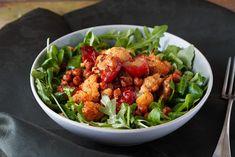 Fűszeres, sült karfiolos-paradicsomos saláta