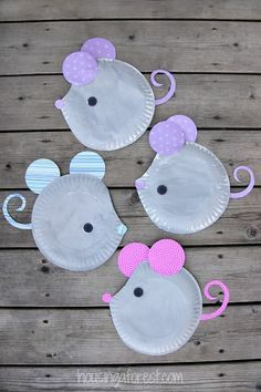 Paper Plate Mouse ~ Easy Kids Craft! Use black and white paint so students can figure out how to make gray. Scrapbook paper scraps make the ears, nose, and tails adorable. Perfect companion craft for stories like Cinderella, If You Give a Mouse a Cookie or Aesop's Fables.