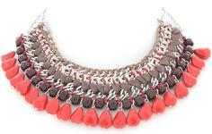 16,50€  Collar de cadenas entrelazadas con hilo de algodón y cordon de colores marrón, beige y rojo. Cuentas con forma de gotas rojas colgando de la cadena.Cierre de mosquetón con cadena para ajustar el tamaño