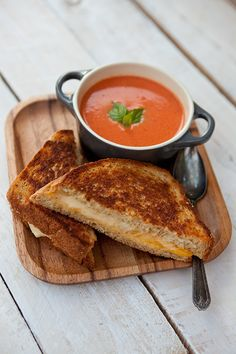 My favorite comfort food of all time…tomato soup and grilled cheese sandwiches. I Love Food, Good Food, Yummy Food, Healthy Food, Tasty, Little Lunch, Snacks Saludables, Le Diner, Aesthetic Food