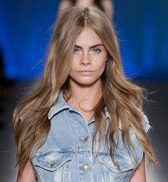 jeune femme coloration blond cendré