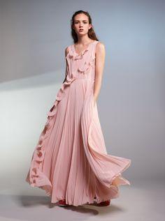 Une fois encore, H&M nous prouve que la mode peut être belle ET eco-friendly grâce à sa nouvelle collection Conscious.   Cette collection de vêtements imaginés pour les occasions spéciales convient à tous les membres de la famille: les femmes, les hommes et les enfants. Chaque pièce est confectionnée à partir de matériaux recyclés.   La mannequin et philantrope Natalia Vodianova.  Focus: fashion, longue robe rose pastel fluide avec des volants