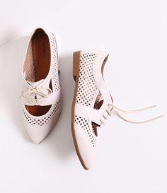 Sapato feminino  Material: sintético  Oxford vazado  Marca: Satinato     Veja outras opções de    sapatos femininos.           Sobre a marca Satinato   A Satinato possui uma coleção de sapatos, bolsas e acessórios cheios de tendências de moda. 90% dos seus produtos são em couro. A principal característica dos Sapatos Santinato são o conforto, moda e qualidade! Com diferentes opções e estilos de sapatos, bolsas e acessórios. A Satinato também oferece para as mulheres tudo que há de melhor…