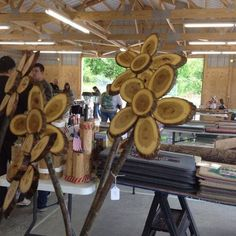 Turn Wood Slices into Flowers...these are the BEST Yard Art Ideas!