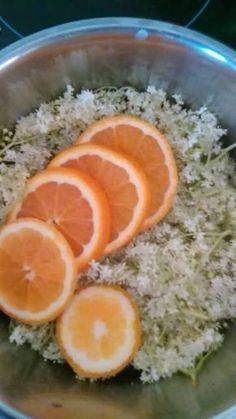 Bezová marmeláda Bezovoumarmeládu můžeme dochutit podle fantazie, nejčastěji vyrábíme s pomerančem, skořicí a hřebíčkem, nebos citronem a hřebíčkem. Nebojte se experimentovat. Přidávám pro inspiraci oba receptíky. Bezová marmeláda s citronem a hřebíčkem: 20 čerstvých bezových květů /otrhat od stopek/ zalít 750 ml převařené vody a nechat v chladu 3 dny. Třetí den scedit, přidat šťávu… Easy Brunch Recipes, Sweet Recipes, Peanut Butter Kiss, Goat Cheese Quiche, Overnight Breakfast Casserole, Homemade Jelly, Czech Recipes, Brunch Menu, Food For A Crowd