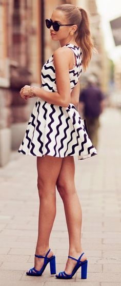 Wavy black and white swing dress with blue heels