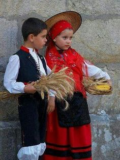 Traxe tradicional galego Spain Culture, Art Populaire, Cultural Diversity, Spain And Portugal, Traditional Dresses, Folk, Daughter, Azores, Costumes