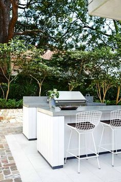 Outdoor Kitchen Ideas on a Budget (Affordable, Small, and DIY Outdoor Kitchen Id. - Outdoor Kitchen Ideas on a Budget (Affordable, Small, and DIY Outdoor Kitchen Ideas) – The Recipe - Rustic Outdoor Kitchens, Outdoor Kitchen Bars, Bbq Kitchen, Summer Kitchen, Budget Patio, Diy Patio, Outdoor Cooking, Outdoor Entertaining, Bars En Plein Air