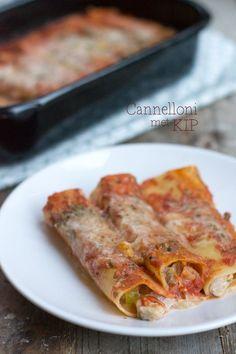 We gaan voor pasta! Maar geen gewone pasta zoals macaroni of penne, vandaag gaan we voor pastarolletjes. Cannelloni met kip,pancetta en rode saus. Mijn keukenkastjes puilen uit met producten die ik veel te weinig gebruik. Zo lag er al een hele tijd een pak cannelloni in mijn kast. Het wasde hoogste tijd om daar iets... LEES MEER... A Food, Good Food, Food And Drink, Yummy Food, Dutch Recipes, Italian Recipes, Birthday Snacks, Bastilla, No Cook Meals