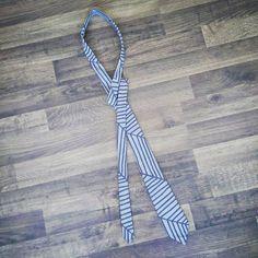 Tadaaa 🎉 meine allererste #selbstgenähte #krawatte nach dem #ebook von @kreativlaborberlin 😊  Für eine höhere #Elastizität des Stoffes, hab ich die #schnittteile im #45grad Winkel auf den #Stoff gelegt und ausgeschnitten 😉  Dieses Jahr gibt's für den #schwagerinspe eine zum #Geburtstag und für den #schwiegerpapainspe eine zu #Weihnachten 🌲 damit wäre die diesjährige #Weihnachtsgeschenke #produktion eröffnet 😅😂 gut, dass ich ansonsten noch keinen Plan hab 🙈 ich muss gestehen, ich freu…
