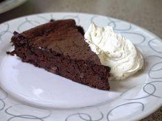 This Muslim Girl Bakes: Double Chocolate Flourless Cake with Vanilla Cream Halal Recipes, Ww Recipes, Cake Recipes, Skinny Recipes, Healthy Recipes, Cake Icing, Cupcake Cakes, Frosting, Cupcakes