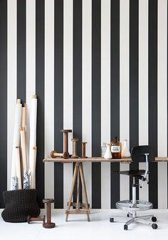 Pasarela moda-decoración de esta primavera: rayas negras y blancas. Papel pintado de Ferm Living