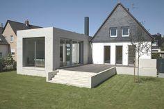 Ein Siedlungshaus aus den 30er Jahren wurde um einen eingeschossigen Anbau und eine Garage aus Sichtbeton ergänzt. https://www.homify.de/ideenbuecher/33597/alt-trifft-neu