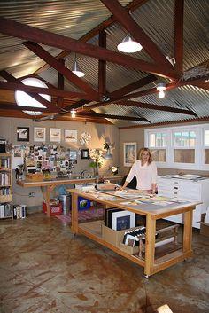 Atelier d art, garage art studio, art studio at home, art studio Art Studio Room, Studio Table, Art Studio Design, Art Studio At Home, Home Art, Studio Spaces, Quilt Studio, Garage Studio, Studio Shed