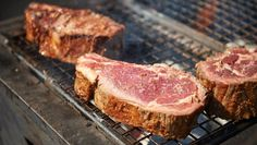 Best meat cuts for the barbecue: sirloin, lamb cutlets, T-bone, dry age rib-eye on the bone Healthy Diet Recipes, Meat Recipes, Dry Aged Ribeye, Beef Cheeks, Bbq Meat, Recipe Collection, Finger Foods, Family Meals, Barbecue