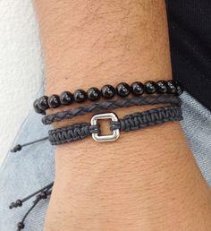 Kit de pulseiras masculinas, na cor preta, composto de 3 pulseiras, sendo:  - 1 pulseira de pedra natural ônix, tamanho 6 mm, em fio de silicone  - 1 pulseira de couro trançado  - 1 pulseira shambala com entremeio prata    > Pulseiras ajustáveis, nosso padrão ajusta bem em pulso de 18-21 cm. Caso...