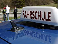 Schreckliches Ende einer Fahrstunde: Ein Fahrschüler fuhr bei Messel in den Gegenverkehr. Sieben Menschen wurden verletzt, fünf von ihnen schwer, darunter ein Kind. Der Fahrlehrer hatte noch eingegriffen - vergeblich.