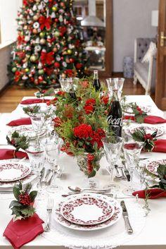 Hoje, temos a alegria de compartilhar mais uma mesa de Natal, com suas cores típicas, louças especiais e a presença de um ícone das noites felizes de todo mundo, que nos remete aos momentos mais gostosos no aconchego de nossa casa, a Coca-Cola na garrafa de vidro!