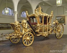 One of the finest working stables in existence, the Royal Mews at Buckingham Palace. is home to the royal collection of historic coaches and carriages. Louis Quatorze, Palais De Buckingham, Palace Interior, The Royal Collection, Horse Carriage, Horse Drawn, Royal Palace, Mellow Yellow, Palaces