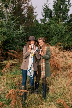 Scotland Adventure Part 1 Gal Meets Glam Our Scotland Adventure Part 1 - Coat, Mulberry sweater, Frame shirt, Current Elliott pants & Hunter boots. Outdoor Style, British Country Style, Country Style Fashion, Stitch Fix, Countryside Fashion, British Countryside, Moda Country, Country Chic, Trekking Outfit